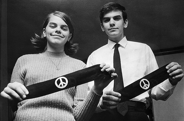 Mary Beth Tinker and student holding peace bandanas